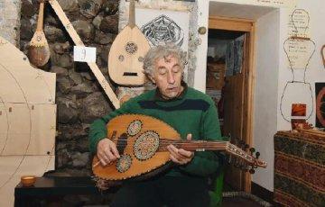 Il liutaio di Randazzo che fa strumenti col castagno.