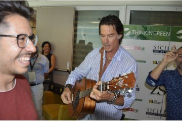 Ridge di Beautiful suona la chitarra a Taormina