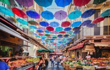 E' virale la foto degli ombrelli sul cielo della pescheria di Catania