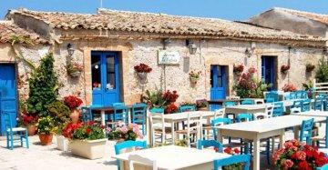 Un borgo pittoresco tra sedie blu e i fiori colorati: Marzamemi sembra un quadro
