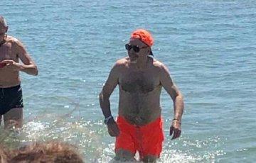 Sicilia, è arrivato Vasco Rossi, e fa pure il bagno in mare