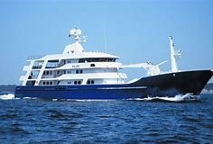 Arriva a Palermo super yacht di Flavio Briatore, folla di curiosi per il Force Blue