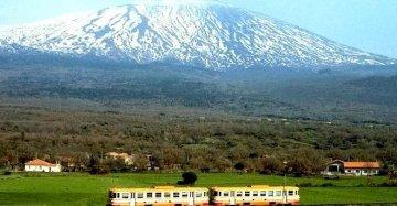 Parola di The Guardian: una tratta (siciliana) tra i 10 viaggi in treno più belli al mondo