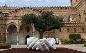 Le mani di Lorenzo Quinn a Palermo: il significato dell'opera davanti la Cattedrale