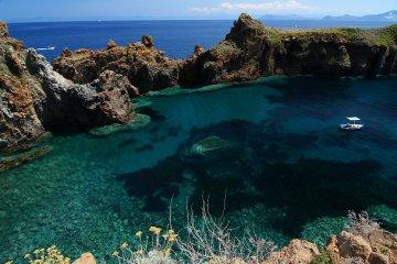 Cala Junco a Panarea: smeraldo incastonato tra le rocce
