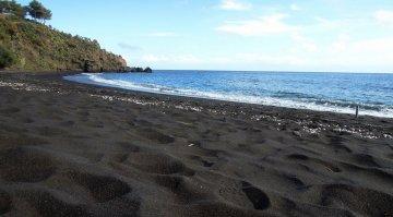 Sabbie Nere a Vulcano: la spiaggia nera che tutto il mondo ci invidia