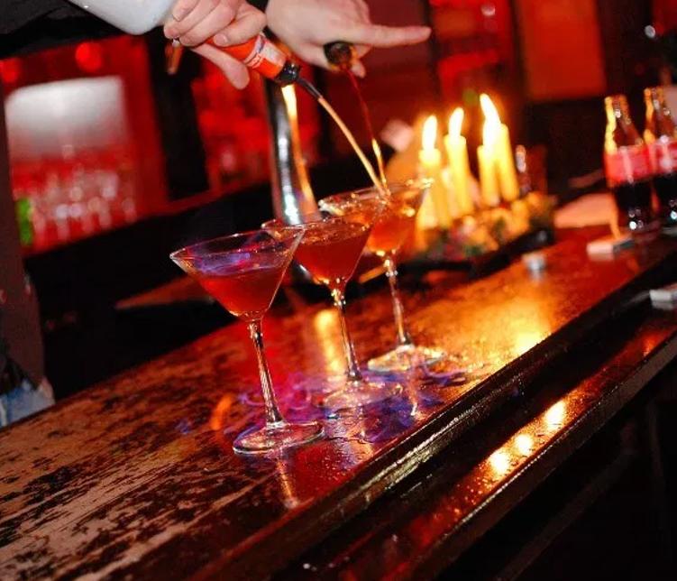 CERCASI baristi, barman, cameriere/a bar, cameriere/a ristorante.