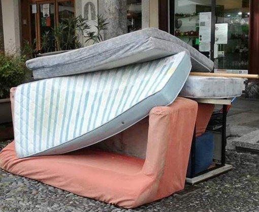 Vigevano24: in Piazza Ducale spunta un....divano