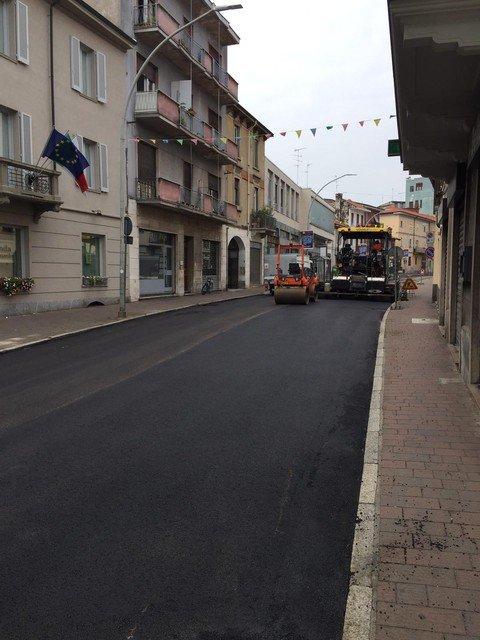 Vigevano24: Vigevano: prosegue la stesura dell'asfalto in corso Novara