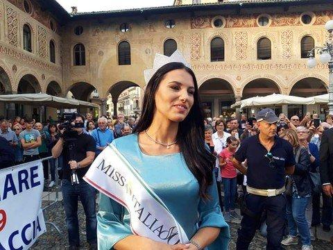 Vigevano24: Bagno di folla in piazza Ducale per Carolina Stramare
