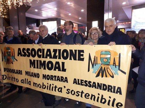 Vigevano24: Treni, manifestazione sotto la sede di Trenord. Presente anche MiMoAl con tanto di striscione
