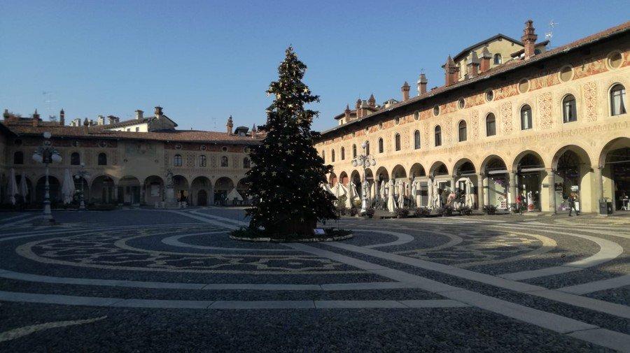 Vigevano24: Vigevano: in piazza Ducale è arrivato l'Albero di Natale